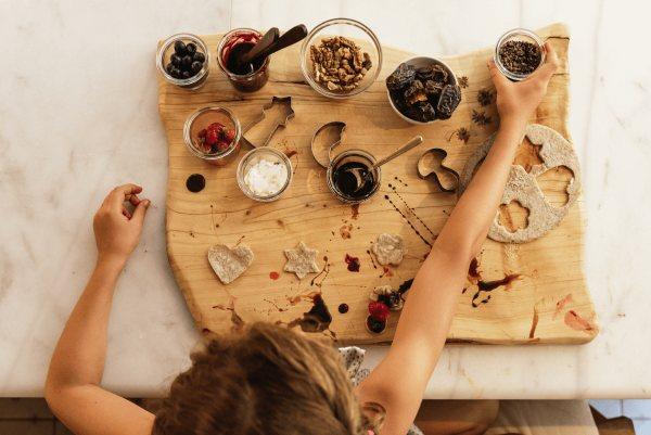 Dzieci robią ciastka