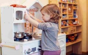 Jakie normy i standardy powinna spełniać bezpieczna zabawkowa kuchnia dla dziecka?