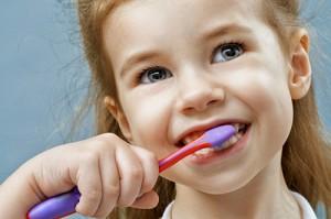 Lecznie zębów mlecznych u dzieci - czy warto je leczyć?