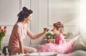 Sprytne triki makijażowe dla zabieganej mamy