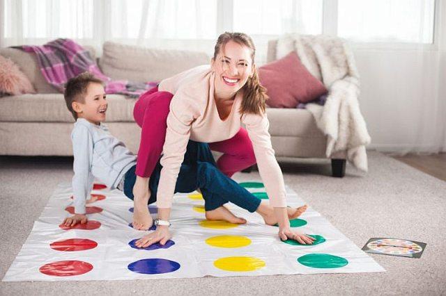 Dzieci bawią się w grę twister