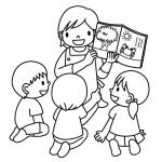 Nauczycielka w przedszkolu z dziećmi